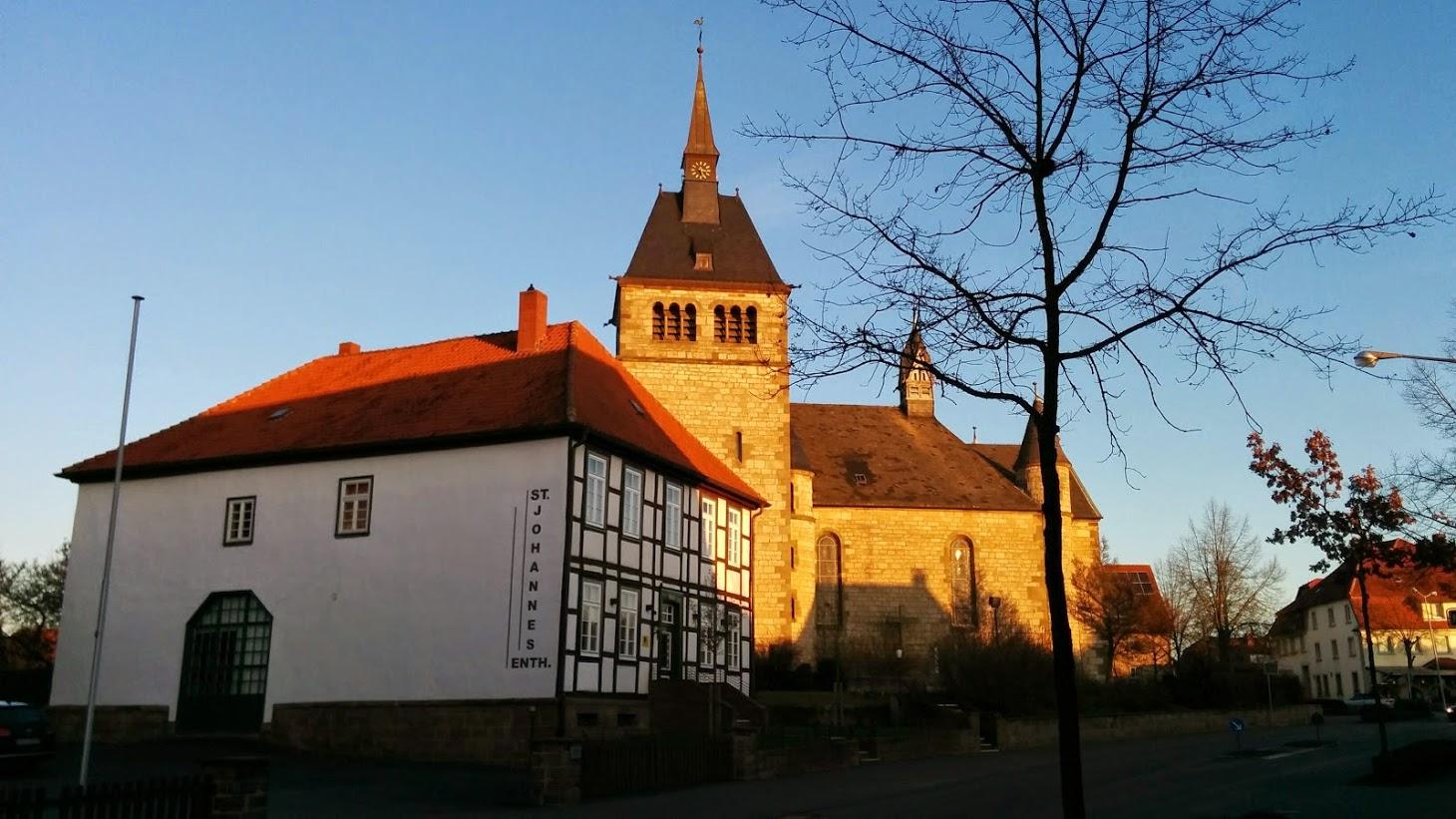 Pfarrheim und Pfarrkirche im Dezember 2014